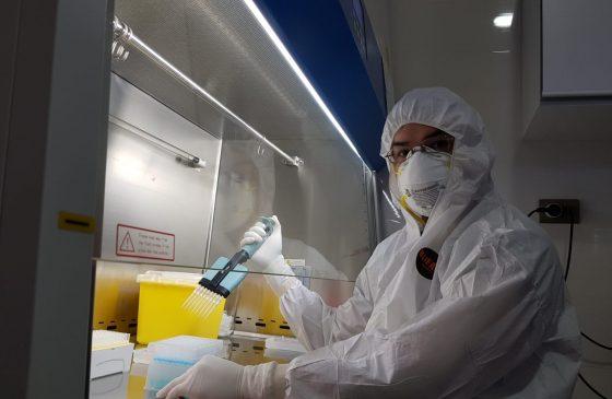"""Bioquímico de la Facultad de Ciencias Biológicas es destacado en Cambridge por su contribución en la """"primera línea"""" durante la pandemia"""